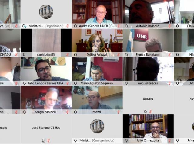 Captura de pantalla con pequeños recuadros, donde se ven a los participantes de la reunión en videoconferencia.